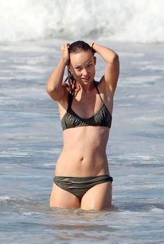 Соблазнительная Оливия Уайлд в мокром купальнике на пляже в Лос-Анджелесе, 24.08.2010