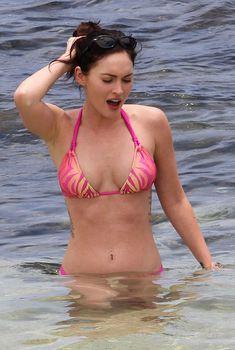 Соблазнительная Меган Фокс в розовом купальнике на Гавайях, Июнь
