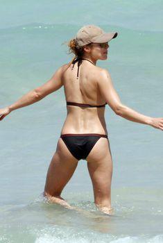 Упругая попа Эльза Патаки на пляже Майами, 07.04.2011