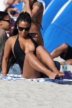 Случайный засвет Кристины Милиан на пляже Майами, 26.01.2013