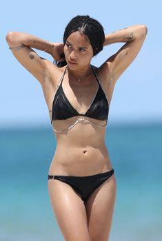 Сексуальная Зои Кравиц в черном купальнике на пляже Майами, 12.07.2015