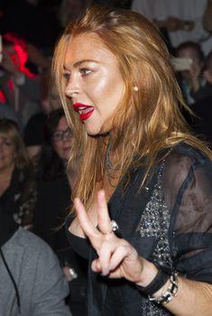 Линдси Лохан засветила сосок на показе Гаррета Пью, 19.09.2015