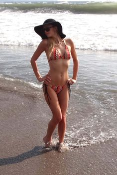 Пэрис Хилтон в бикини на берегу в Бали, 14.11.2011