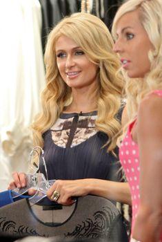 Бестыжая Пэрис Хилтон в прозрачном платье в магазине, Июль 2013