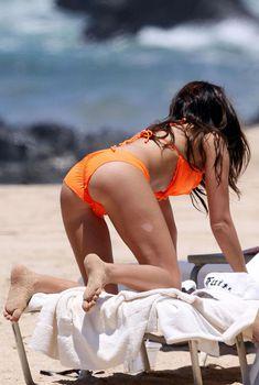 Секси Эшли Тисдейл в оранжевом бикини на Гавайях, Июль 2009