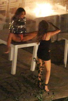 Николь Шерзингер раставила ноги на столе, 28.06.2015