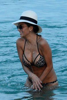 Голый сосок Николь Шерзингер на пляже в Миконосе, 28.06.2015