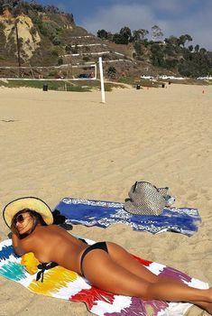 Николь Шерзингер с расстегнутым лифчиком загорает на пляже, 22.08.2015