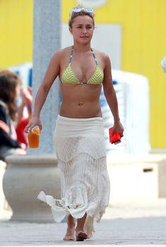 Новая упругая грудь Хайден Панеттьери в бикини на пляже в Майами, 30.03.2013