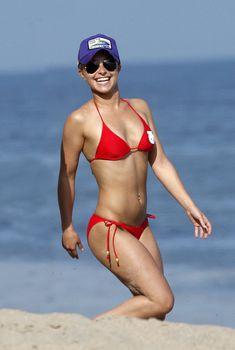 Хайден Панеттьери в красном бикини на пляже Малибу, 06.06.2010
