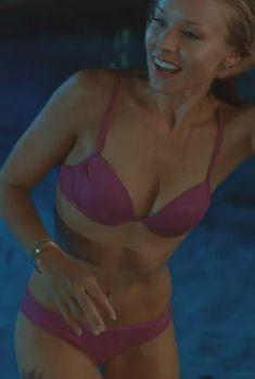 Кристен Белл в розовом купальнике в фильме «Формула любви для узников брака», 2009