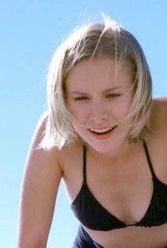 Маленькая грудь Кристен Белл в черном купальнике, 2003