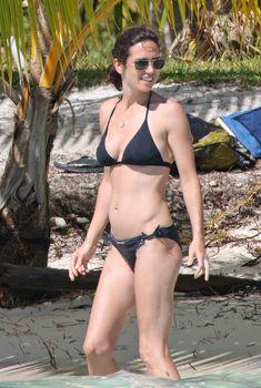 Дженнифер Коннелли в черном бикини на пляже, Июль 2009