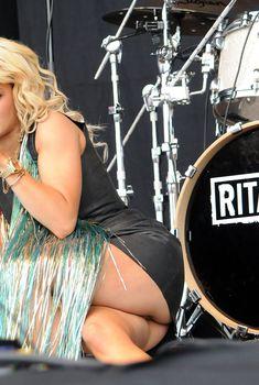 Рита Ора показала трусики на сцене, Июль 2015