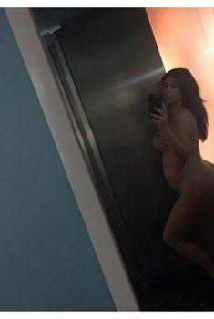 Беременная Ким Кардашьян стоит голышом перед зеркалом, 2015