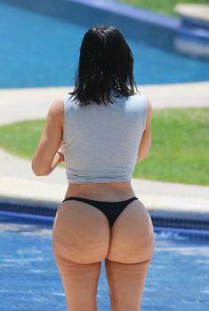 Настоящая жопа Ким Кардашьян в купальнике, 24.04.2017