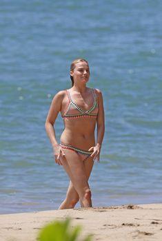 Марго Робби на пляже в Гавайях, 14.07.2016