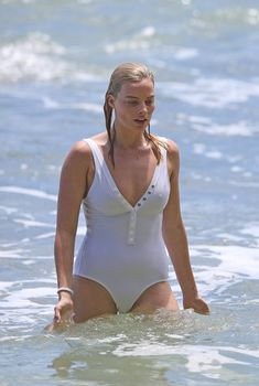 Марго Робби в мокром купальнике на Гавайях, 2017