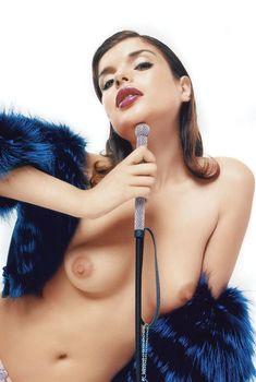Голые сиськи Анны Азаровой в журнале Playboy, 2004