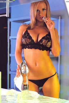 Аппетитное тело Анны Семенович в журнале FHM, 2003