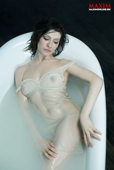 Елена Подкаминская засветила грудь в журнале Maxim, 2013