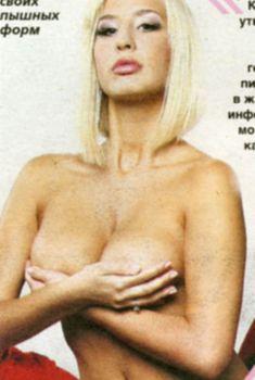Кэти Топурия держится за сиськи в журнале «Экспресс газета», 2007