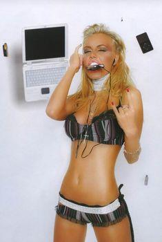 Маша Малиновская позирует в лифчике для журнала SYNC, 2006