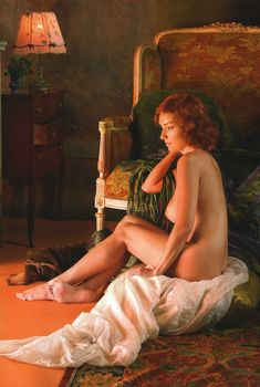 Юлия Зимина показала голые сиськи в журнале «Караван историй»