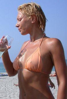 Аврора показала торчащие соски на пляже, 2009