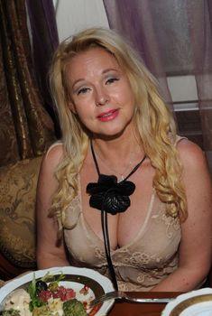 Пышная грудь Елены Кондулайнен в красивом наряде