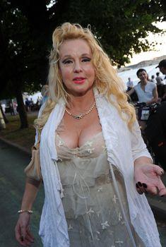 Открытое декольте Елены Кондулайнен на закрытии 33-Московского Международного Кинофестиваля, 2011