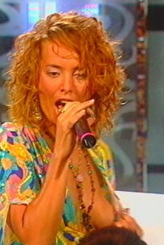 Жанна Фриске случайно оголила грудь на большой премьере «Ла-ла-ла», 2004