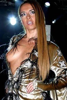 Жанна Фриске случайно засветила сиську на Fresh Art, 2005