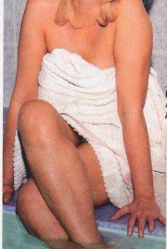 Сексуальная Ирина Аллегрова в одном полотенце