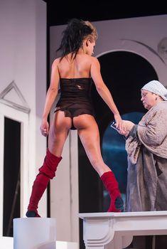 Сексуальная Кристина Асмус в спектакле «Язычники»