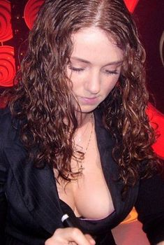 Лена Катина случайно засветила грудь во время автограф-сессии, 2006