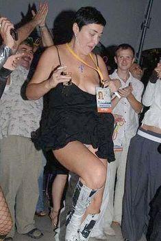 Лолита Милявская случайно засветила грудь во время танца