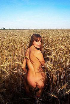 Обнаженная Любовь Толкалина в пшеничном поле, 2015