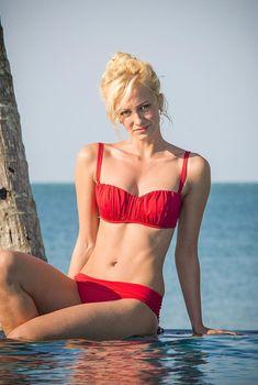 Полина Максимова в красном купальнике