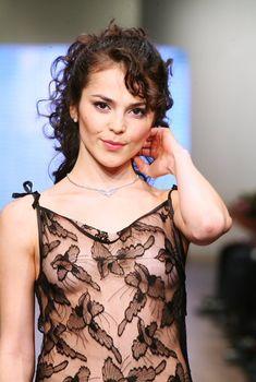 Засвет грудь Сати Казановой на показе мод, 2007