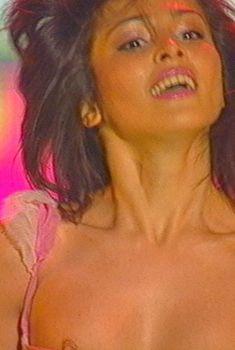 Сати Казанова засветила сосок на концерте