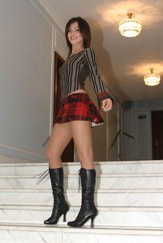 Сати Казанова в короткой юбке