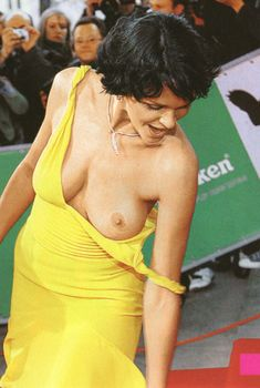 Слава случайно засветила голую грудь на премии MTV, 2007