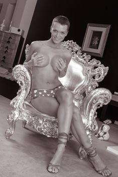 Слава позирует без лифчика в фотосессия для журнала SYNC, Апрель 2006