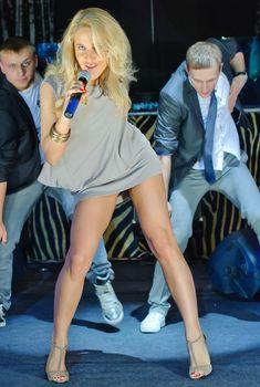 Стройные ножки Юлии Ковальчук на выступлении