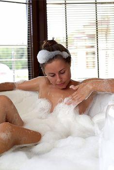 Юлия Михалкова в ванне с пеной