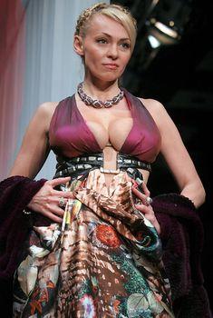 Пышная грудь Яны Рудковской на показе мод