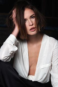 Глубокое декольте Лукерьи Ильяшенко в сексуальном костюме