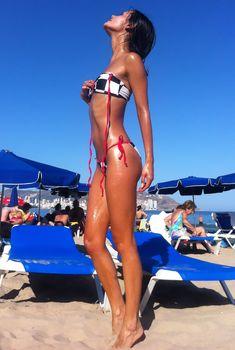 Катя Ли в ярком купальнике на пляже