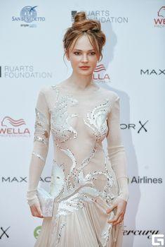 Сексуальная Дарья Чаруша в прозрачном платье на красной дорожке